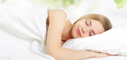 Спящая на кровати девушка